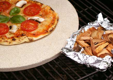 Pizza vom Grill mit Buchenholzspänen